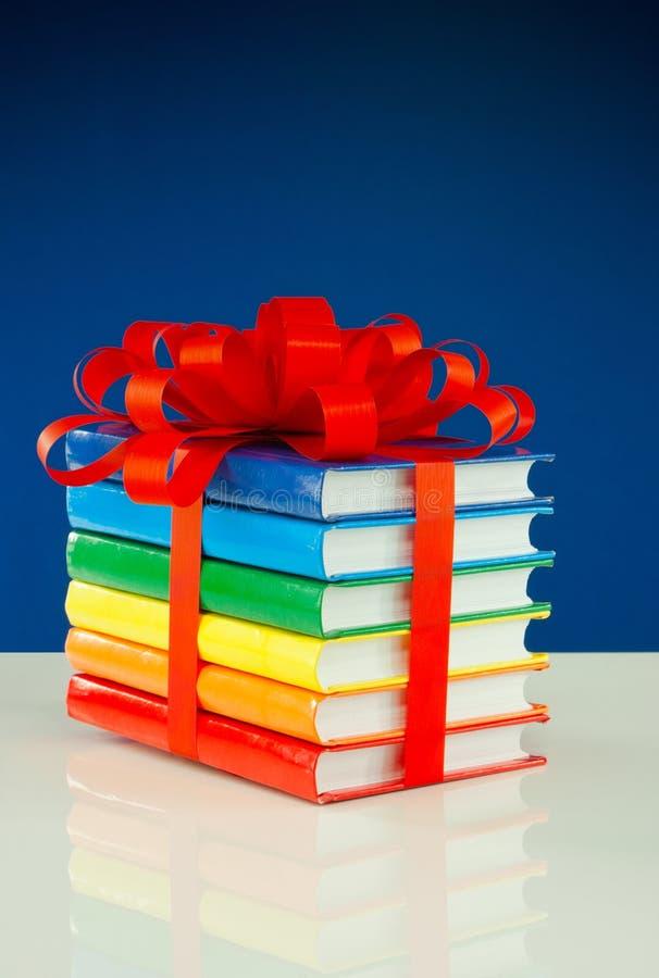 Stapel bunte Bücher oben gebunden mit dem Farbband lizenzfreie stockfotos