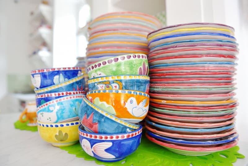 Stapel bunte handgemalte keramische Schüsseln und Platten stockfoto