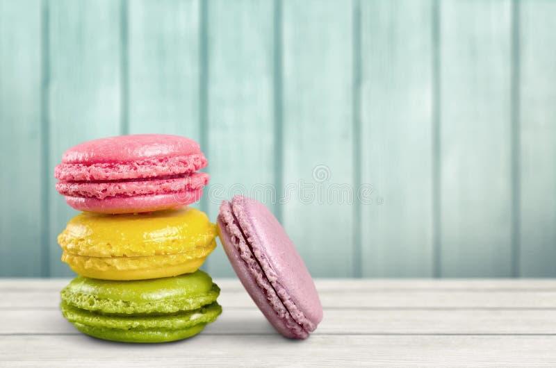 Stapel bunte macarons auf Hintergrund stockfoto