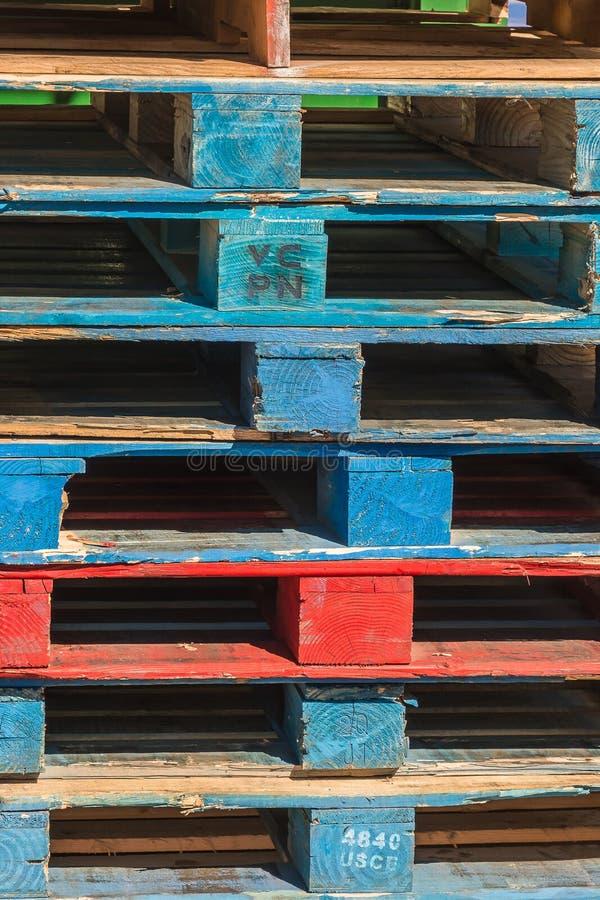 Stapel bunte Paletten, die auf eine Last warten stockfotografie