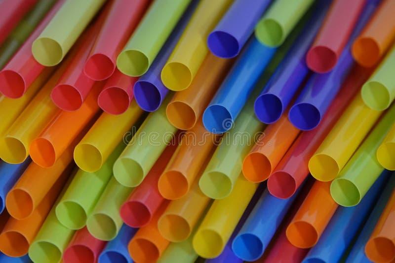 Stapel bunte Plastiktrinkhalme lizenzfreie stockbilder