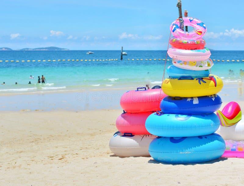 Stapel bunte Schwimmringe auf dem Strand in Thailand stockbild