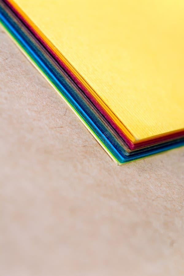Stapel buntes Papier Verwischender Hintergrund Die Ecken von Blättern Papier Nahaufnahme Zurück zu Schule stockfotografie