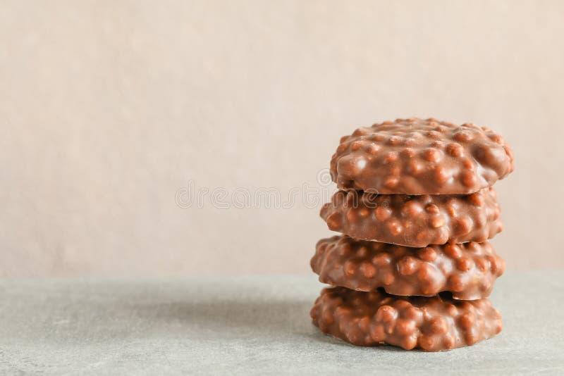 Stapel chocoladekoekjes op grijze lijst tegen lichte achtergrond royalty-vrije stock fotografie