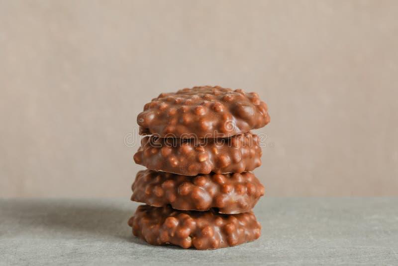 Stapel chocoladekoekjes op grijze lijst tegen lichte achtergrond stock afbeelding