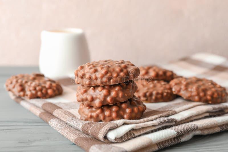 Stapel chocoladekoekjes op keukenhanddoek tegen lichte achtergrond royalty-vrije stock foto's