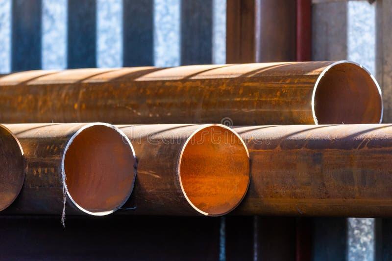 Stapel cilindrische ronde staalpijpen stock foto