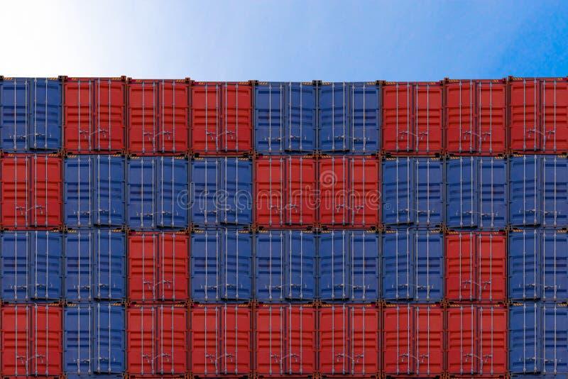 Stapel containers in een haven, Containersdoos van het schip van de ladingsvracht voor invoer-uitvoer, Logistisch concept stock foto's
