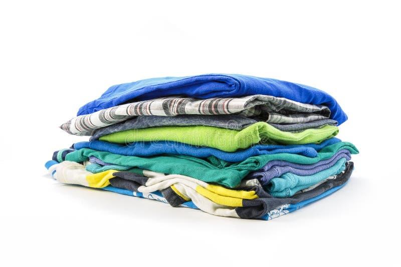 Download Stapel De Zomert-shirts Op Een Witte Achtergrond Stock Foto - Afbeelding bestaande uit kleuren, multi: 54081048