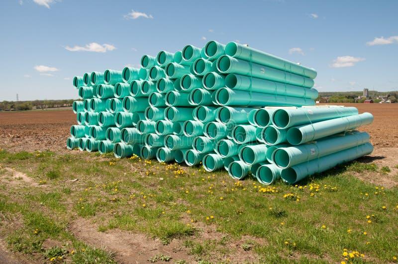 Stapel der Abwasserkanalrohrleitung stockfotografie