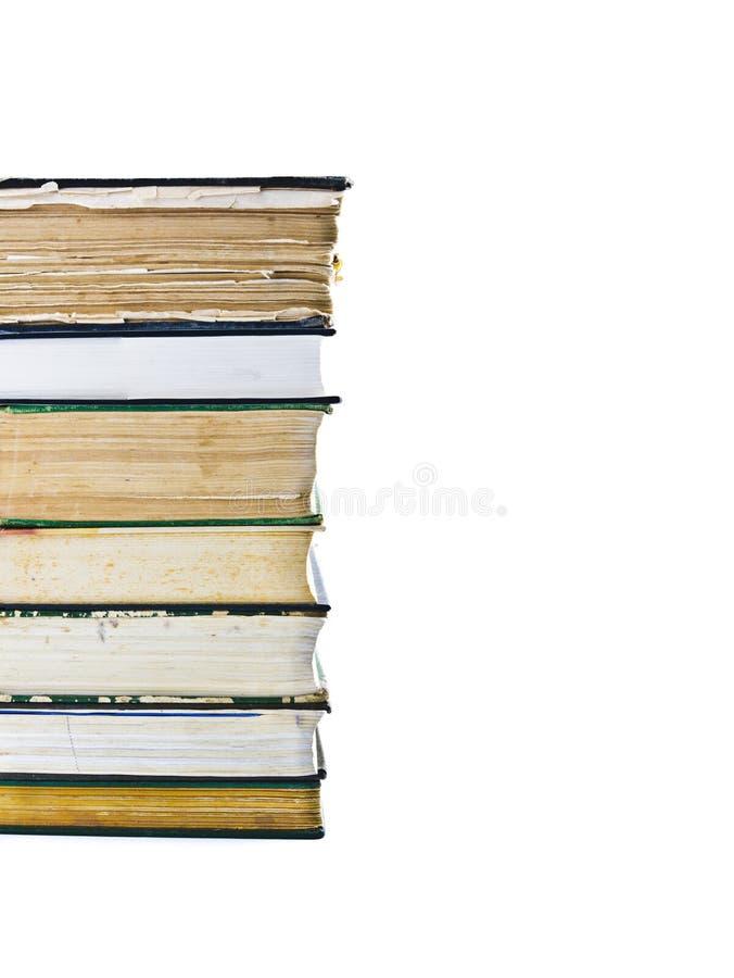 Stapel der alten Bücher getrennt auf Weiß stockfotos