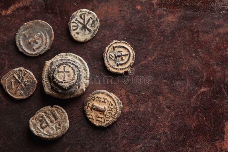Stapel der alten byzantinischen Draufsicht der Kupfermünzen stockbilder