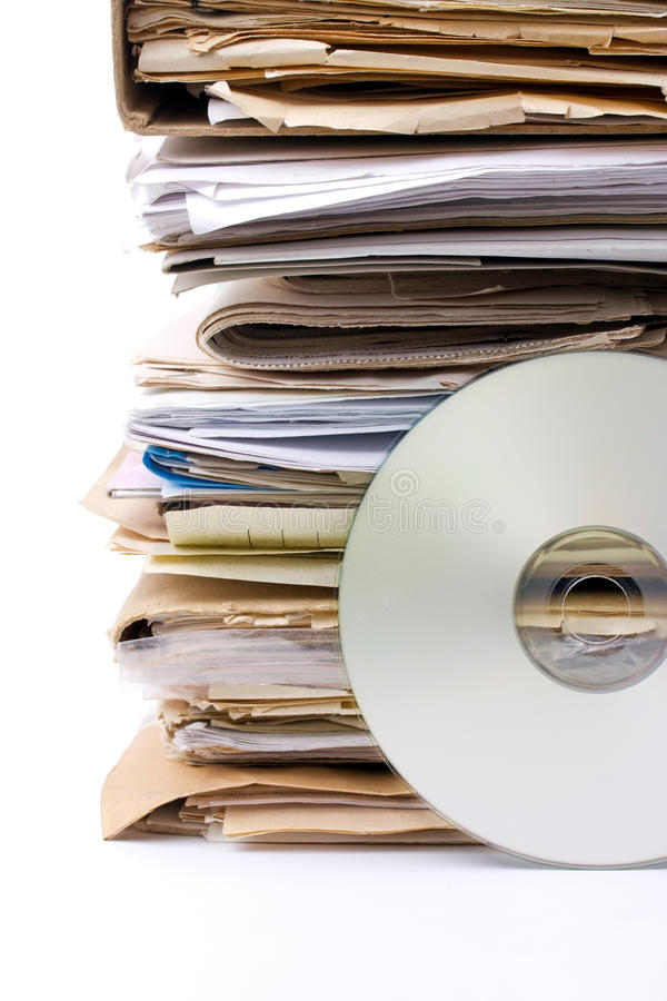 Stapel der alten Papierarchive und des modernen cd Archivs stockfotos