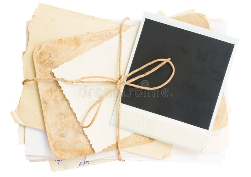 Stapel der alten Post und der gealterten Fotos stockfotografie