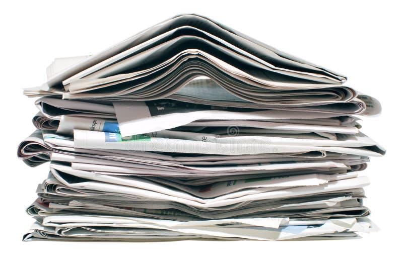 Stapel der alten Zeitungen lizenzfreies stockbild