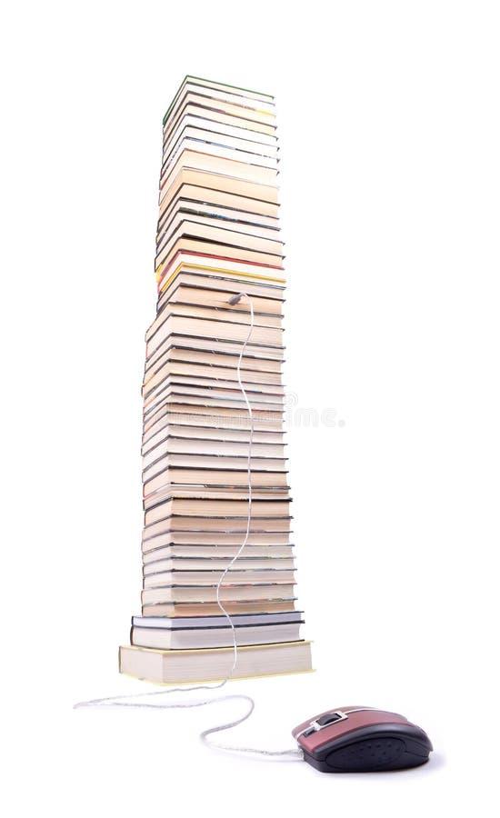 Stapel der Bücher und der Computermaus lizenzfreie stockbilder
