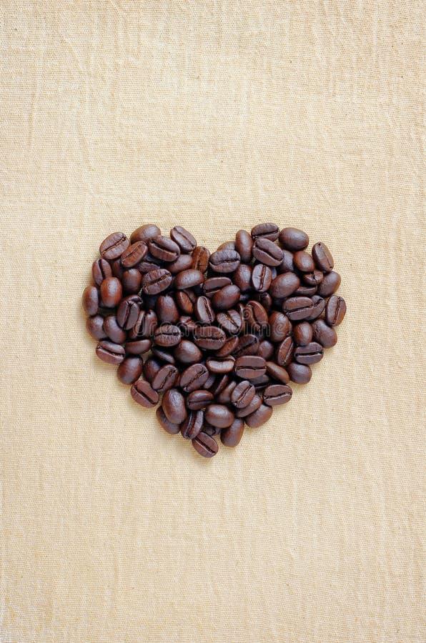 Download Stapel Der Braunen Kaffeebohnen In Der Innerform Stockbild - Bild von auszug, gold: 26359711