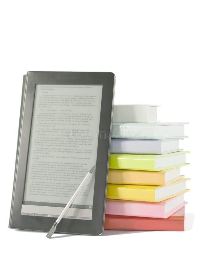 Stapel der bunten Bücher und des elektronischen Buchlesers lizenzfreie stockfotografie