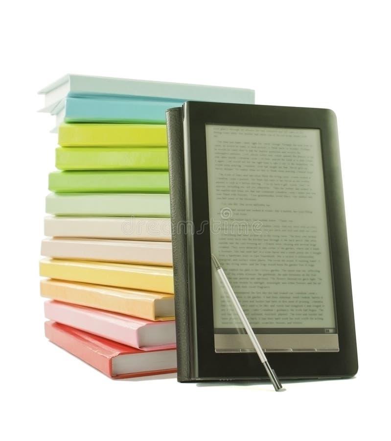 Stapel der bunten Bücher und des elektronischen Buchlesers stockfotografie