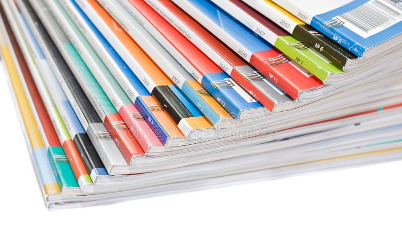 Stapel der bunten Zeitschriften stockfotos