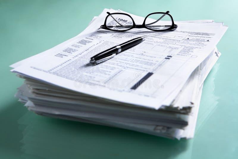 Stapel der Dokumente und des Steuerformulars lizenzfreie stockbilder
