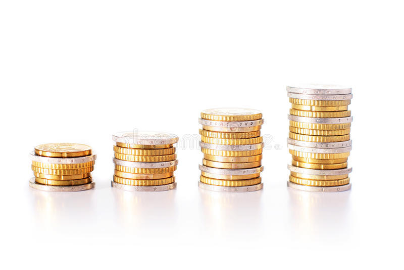 Stapel der Euromünzen Lokalisiert über weißem Hintergrund lizenzfreie stockfotos