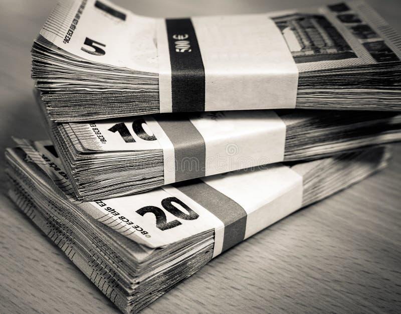Stapel der Eurorechnungen auf einem Kiefernschreibtisch lizenzfreies stockfoto