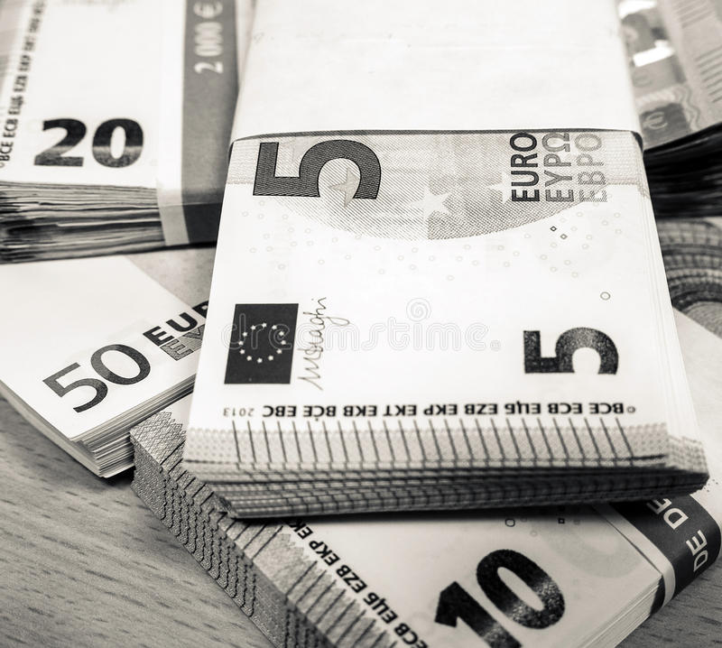 Stapel der Eurorechnungen auf einem Kiefernschreibtisch stockfoto