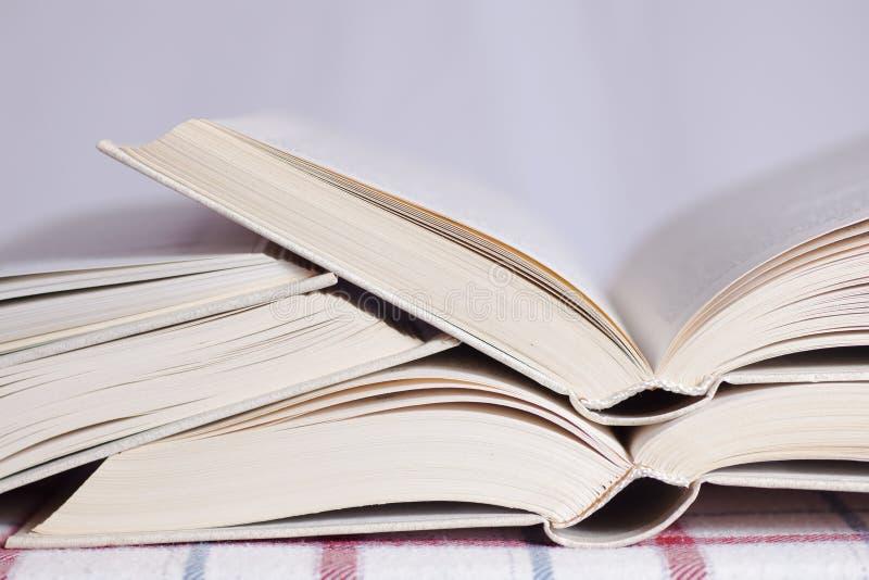 Stapel der geöffneten Bücher lizenzfreies stockbild