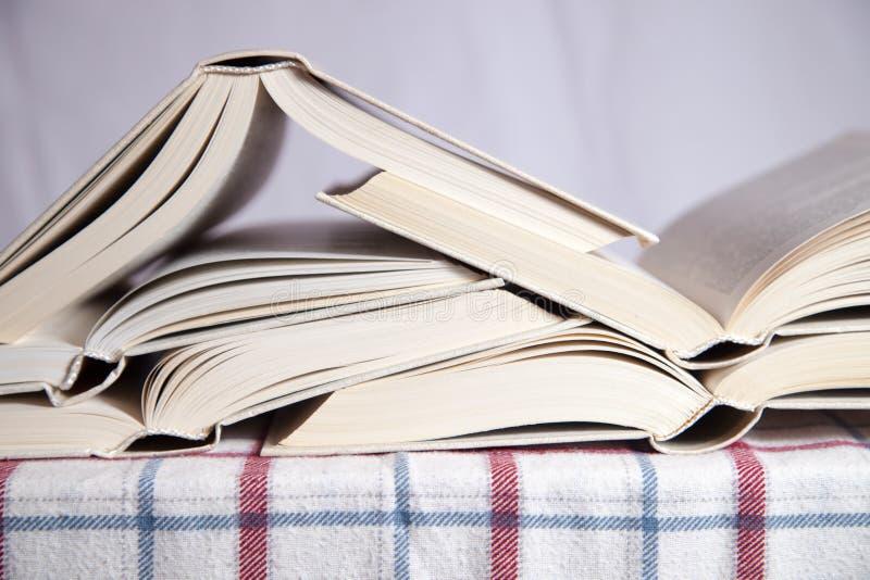 Stapel der geöffneten Bücher lizenzfreie stockfotos