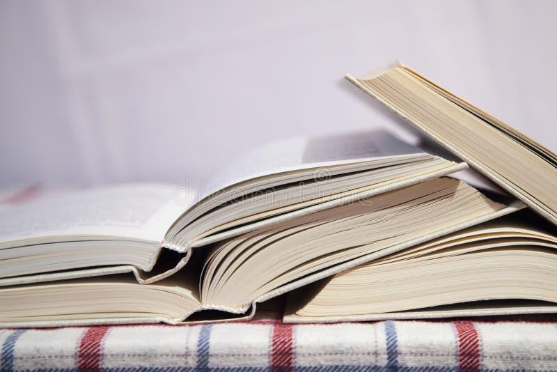 Stapel der geöffneten Bücher lizenzfreies stockfoto