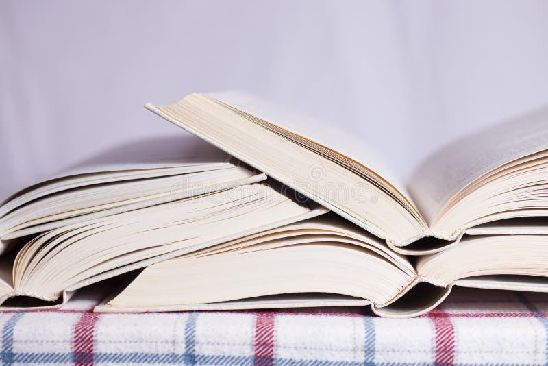 Stapel der geöffneten Bücher lizenzfreie stockbilder