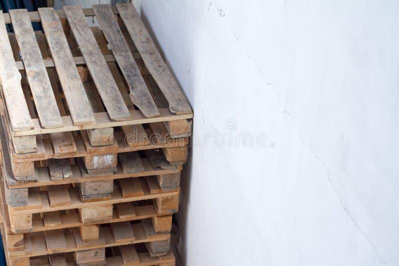 Stapel der hölzernen Paletten für industriellen Transport durch LKW lizenzfreies stockfoto
