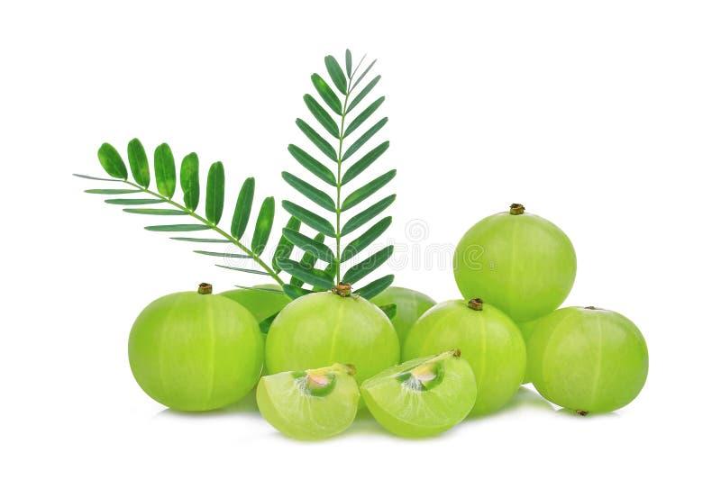 Stapel der indischen Stachelbeerfrucht mit den Grünblättern lokalisiert stockfoto