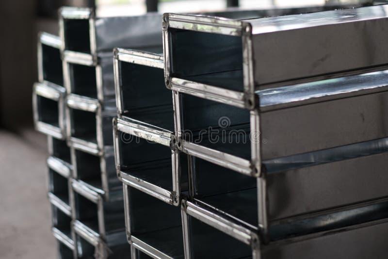 Stapel der Klimaanlage leitend in der Baustelle stockfotografie