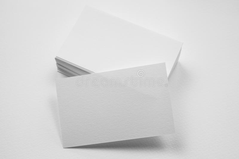 Stapel der leeren Visitenkarte mit einer Karte in der Front auf weißem BAC stockfoto