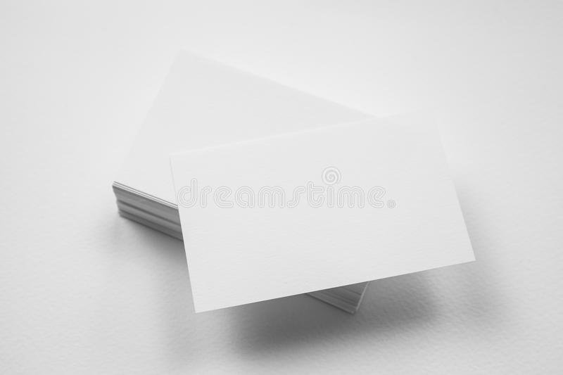 Stapel der leeren Visitenkarte mit einer Karte in der Front auf weißem BAC lizenzfreies stockbild