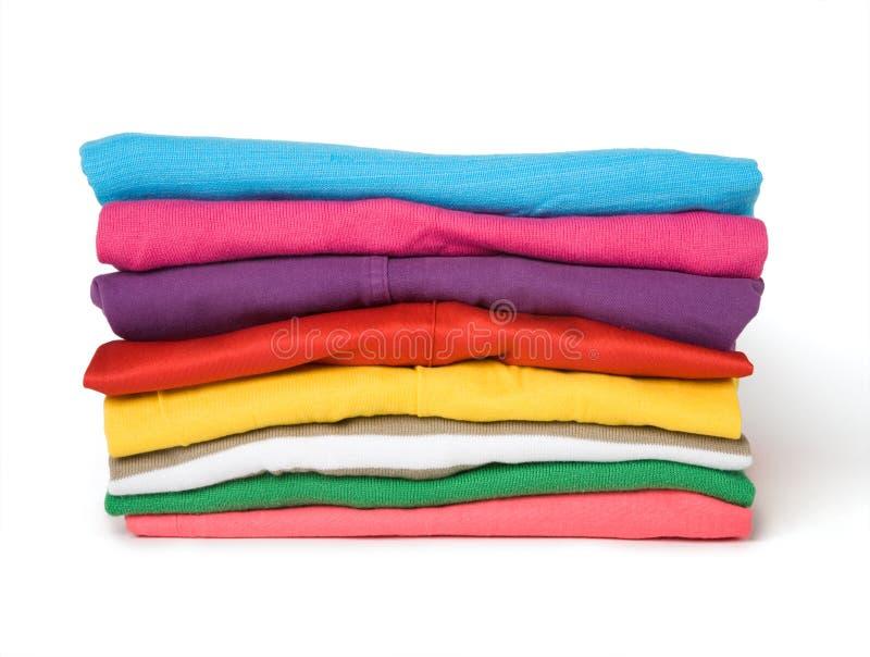 Stapel der mehrfarbigen Kleidung lizenzfreies stockbild
