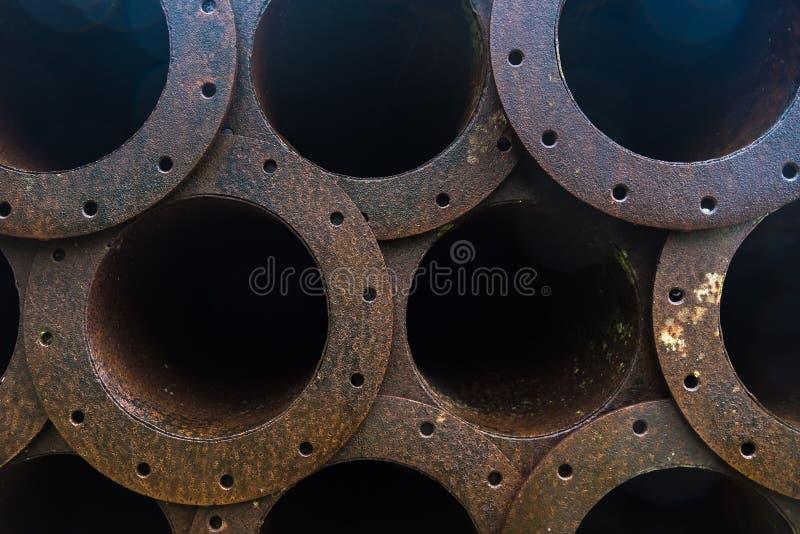 Stapel der Rostmetallrohrleitung in der Fabrik lizenzfreie stockfotografie