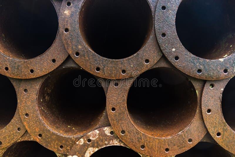 Stapel der Rostmetallrohrleitung in der Fabrik stockfoto