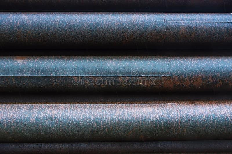 Stapel der Rostmetallrohrleitung in der Fabrik lizenzfreie stockfotos