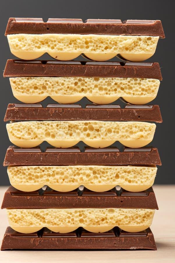 Stapel der weißen porösen Nahaufnahme der Schokolade sechs schwarz und fünf stockbild