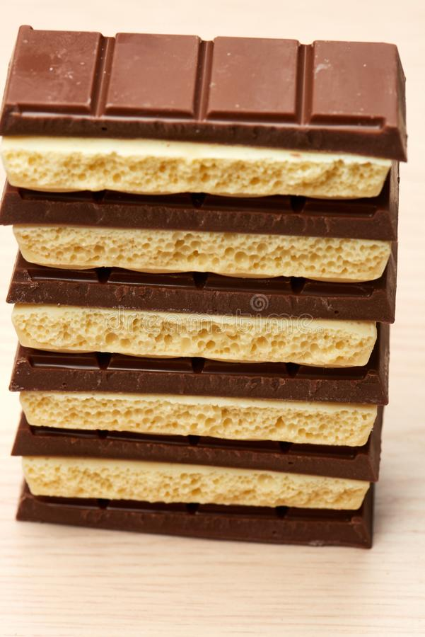 Stapel der weißen porösen Nahaufnahme der Schokolade sechs schwarz und fünf auf Tabelle lizenzfreie stockbilder