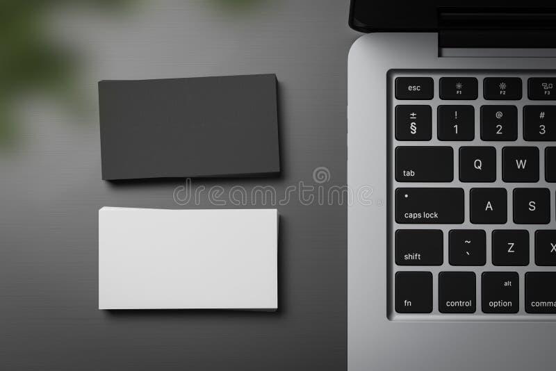 Stapel der weißen und schwarzen Visitenkarten auf Tabelle lizenzfreie abbildung