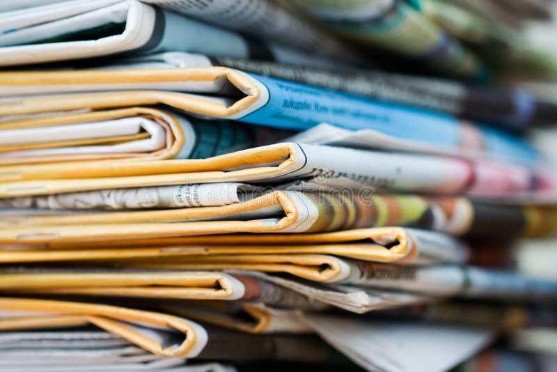 Stapel der Zeitungen stockbild