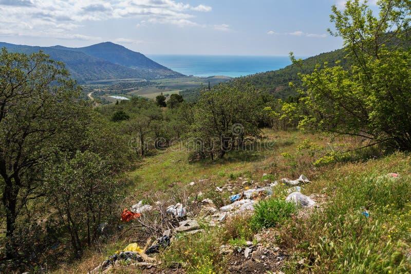 Stapel des Abfalls auf dem Hintergrund der Naturschönheiten von Krim Umweltproblem der Umweltverschmutzung stockfoto