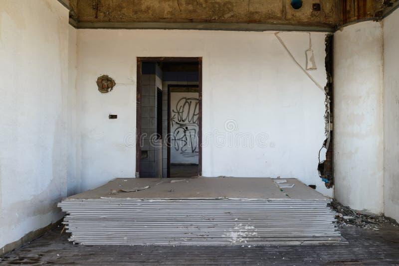 Stapel des alten Gipskartons nach innen des verlassenen Gebäudes lizenzfreie stockfotos