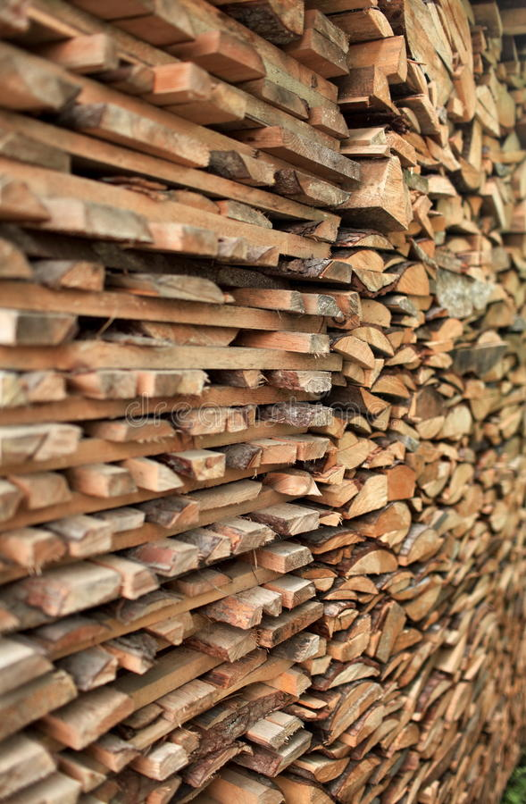 Stapel des Birkenbrennholzes stockfoto
