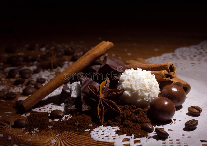 Stapel des Bonbons mit Gewürzen stockbilder