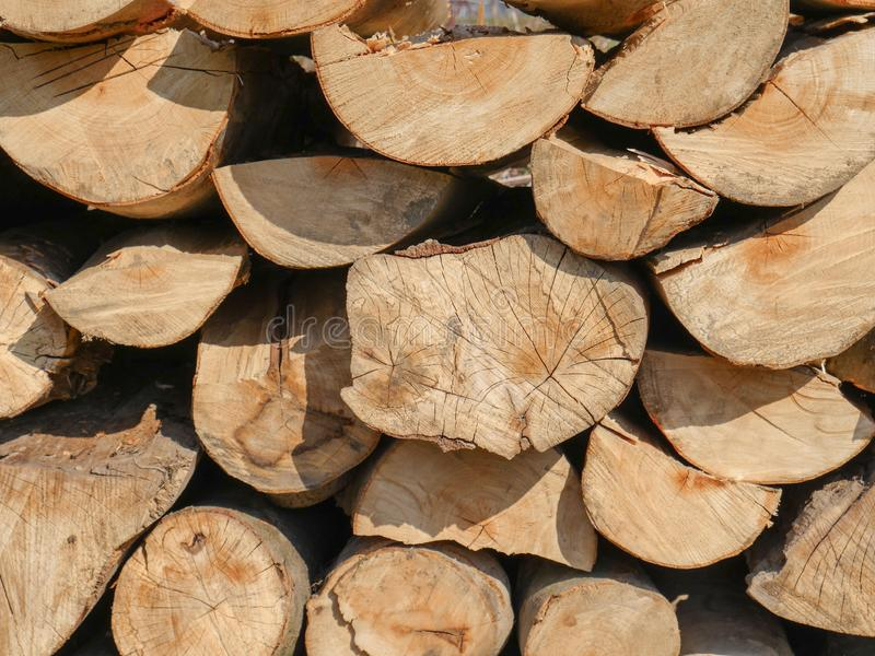 Stapel des Brennholzes gestapelt in einer Wand lizenzfreie stockbilder